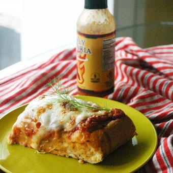 essaye la sauce 1 croûte de parmesan ( elle donne un bon goût à la sauce ) 1 bte de tomates en dés 1 cà soupe de pâte de tomates 1 cà soupe d'épices italiennes sel et poivre feuilles de basilic fraiches pâtes gémellis 2 escaloppe de veau.